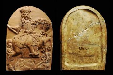 Model des Innenfeldes der Blattkachel aus der Serie der Kurfürsten zu Pferde, rückseitig datiert auf das Jahr 1699. Bretten, Stadtmuseum, Inv.-Nr. 88/823,1