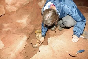 Zwei der Nachgeburtstöpfe im Keller des Palas zum Zeitpunkt ihrer Auffindung
