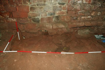 Fotografische Dokumentation der Nachgeburtstöpfe im Keller des Palas