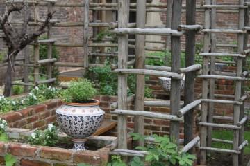Pflanzkübel aus Fayence in einer rekonstruierten Gartenlaube des Castolle Sforzesco in Mailand