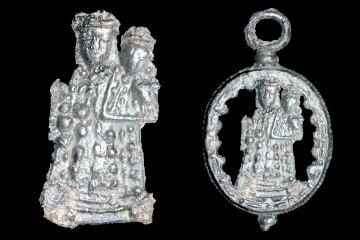 Das auf der Burg Wildenstein gefundene Pilgerzeichen stellt eine Madonna dar und steckte ursprünglich in diesem hochovalen Medaillon.
