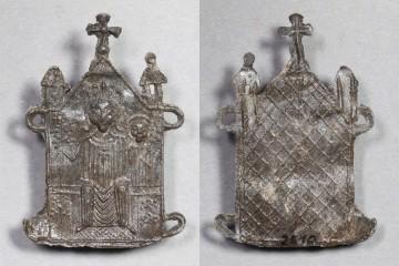Fragment eines Pilgerzeichens mit Madonna von der Burg Bartenstein bei Partenstein, um 1300, Fd.-Nr. 2510, H. 4,8 cm Br. 3,1 cm