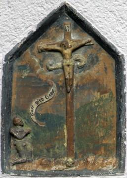 Rewlief eines renaissancezeitlichen Bildstocks, Keramik, Ende 16. Jahrhundert, heute Herzogin-von-Kent-Straße, Amorbach. Foto: Berhard Springer, Amorbach