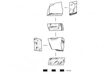 Fragment einer Platte aus Porphyr. Umzeichnung: Harald Rosmanitz, Partenstein
