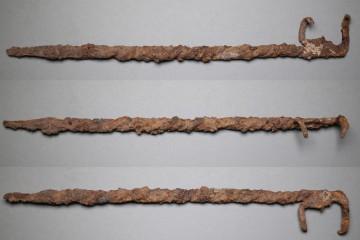 Fleischhaken von der Burg Wahlmich. Untermain, um 1250, Fd.-Nr. 124, H. 3,9 cm, Br. 30,2 cm