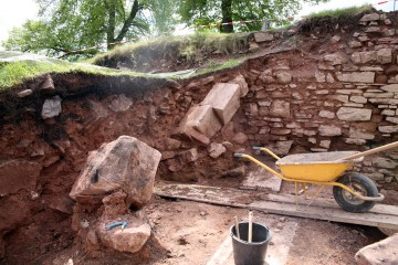 Bereits am zweiten Grabungstag wurden ungewöhnlioch große, glatt behauene Sandsteinquader aufgedeckt.
