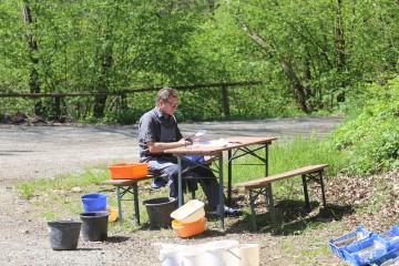 Alex unterstützte das Team beim Scherbenwaschen.