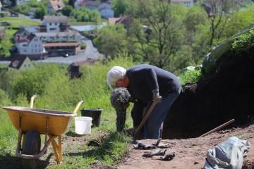 Oft arbeiteten die Archäologen nur mit einem oder zwei Helfern. Die Partensteiner beschränkten sich mehrheitlich auf das Zuschauen ... von der Ferne aus.