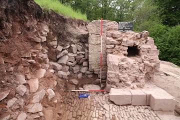 In der westlichen Torwange kam der südliche Türsturz zum Vorschein.