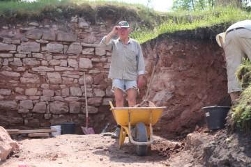 Friedrich unterstützte - wie im letzten Jahr - tatkräftig das Grabungsteam.