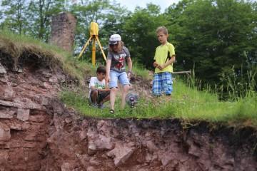 Die drei Partenstein waren an diesem sehr heißen Tag um das Grabungsteam besorgt ... und stellten uns kurzentschlossen einen Ventilator zur Verfügung :-)