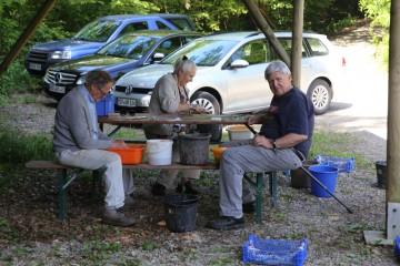 Bei der Samstagsgrabung des Geschichtsvereins wurde unter anderem ein Gutteil der Funde gesäubert.