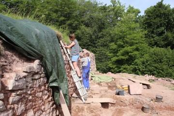 Die Ringmauer war noch in einer Höhe von bis zu drei Metern vorhanden.