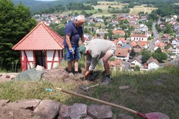 Die Mauerkrone der nördlichen Rungmauer wurde freigelegt.
