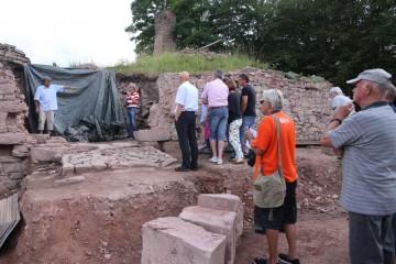Der Gemeinderat von Partenstein verschaffte sich vor Ort einen Überblick über die Grabungen.