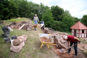 In den beiden letzten Grabungswochen wurde die Krone der nördlichen Ringmauer freigestellt.