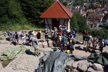 Friedrich erklärte einer Wandergruppe die Grabung.