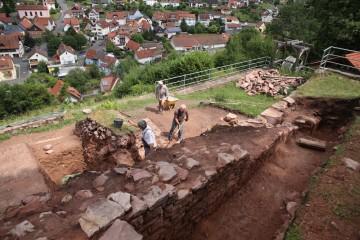 Der verbleibende Riegel im Bereich des nördlichen Zwingers wird Stück für Stück abgearbeitet.