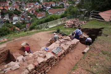 Auch am letzten Grabungstag war Putzen angesagt.