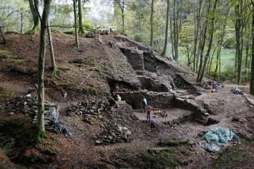Krombach, Burg Hauenstein, Blick von Westen auf die Grabung