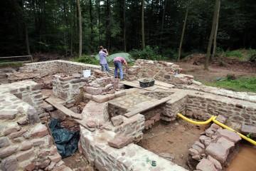Bereits während der fortschreitenden Ausgrabungen wurden erste Teile der Kirchenmauern von freiwilligen Helfern saniert.