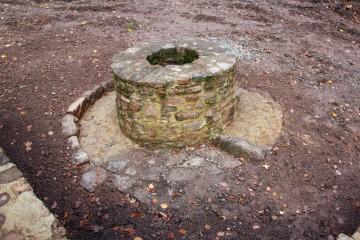 Der sanierte Brunnen an der nordöstlichen Ecke des Klosterareals