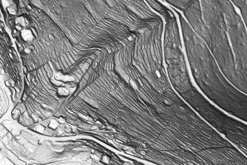 Ehemalige Weinbergsterrassen im DGM1, Visualisierung als individuelle Schräglichtschummerung; Gebietsausschnitt 400 m x 600 m. Geobasisdaten: Bayerische Vermessungsverwaltung; Aufbereitung: Karl-Heinz Gertolff, Egelsbach 2018