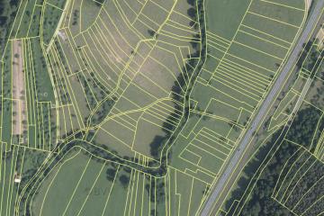 Ehemalige Wässerwiesen: Luftbild mit aktuellen Flurstücksgrenzen; Gebietsausschnitt 400 m x 600 m. Geobasisdaten: Bayerische Vermessungsverwaltung