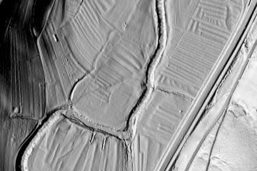 Ehemalige Wässerwiesen: Geländerelief im DGM1, Visualisierung als individuelle Schräglichtschummerung; Gebietsausschnitt 400 m x 600 m. Geobasisdaten: Bayerische Vermessungsverwaltung; Aufbereitung: Karl-Heinz Gertolff, Egelsbach 2018
