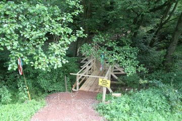 Auf Bitten des Landschaftsschutzes wurde der Zugang zur Grabung mit einer Behelfsbrücke ausgestattet.