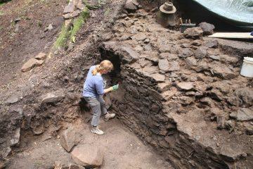 Kathrin putzt die erste mannshohe Mauer.