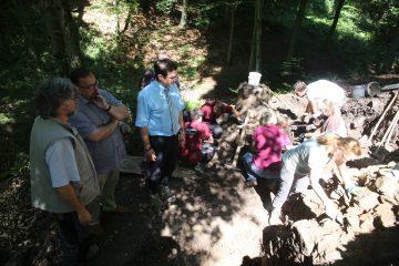 Arbeiten und Zuschauen - die Bürgermeister von Krombach und Mömbris zu Besuch auf der Grabung