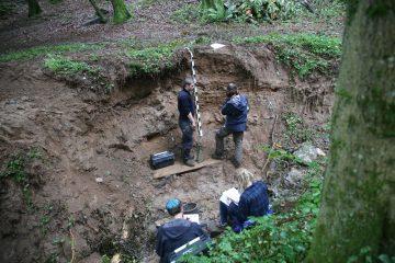 Die Geographen der Uni Würzburg nehmen die Bachsedimente auf.