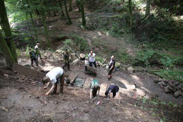 Am Fuß des Grabungsschnittes werden weitere Strukuren erkennbar ...