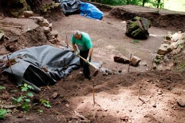 Wolfgang hat die Kellermauern von 2016 mit Geovlies bedeckt, sodass der neue Abraum hier eingefüllt werden kann.