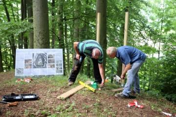 Wolfgang und Michael sorgen für die perfekte Platzierung der Infotafel auf dem Burghügel.