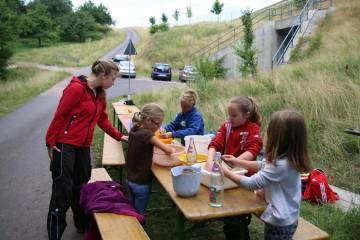 Eine Gruppe der Waldaschaffer Schüler beim Scherbenwaschen