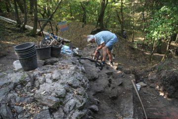 Schon am dritten Grabungstag kam auf dem Kugelberg bei Goldbach der Staubsauger zum Einsatz.