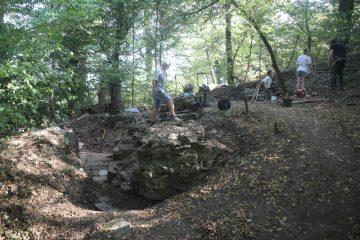 Nördlich der Ringmauer finden sich auf Fundamenthöhe Keramiken des ausgehenden 12. Jahrhunderts.