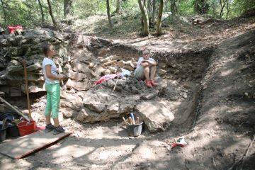 Die Jungarchäologinnen legen den Mauerversturz in der Nordwestecke der Ringmauer frei.