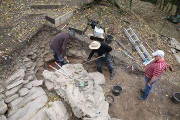 Letzte Feinarbeiten am Planum nördlich der nördlichen Ringmauer.