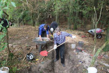 Jede Schaufel Erde wird gründlich und gleich mehrfach nach Funden durchsucht.