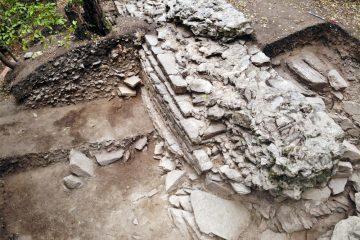 Ein Blick auf die bis zu 250 cm breite Umfassungsmauer während der Ausgrabung auf dem Kugelberg im Jahr 2018