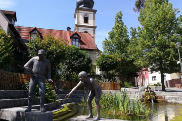 Blick auf den Dorfweiher und die Kirche in Sulzfeld