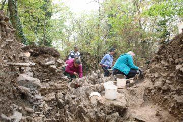 Das Grabungsteam aus Mömbris zum Arbeitsbesuch auf dem Kugelberg.