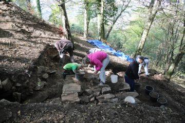Die Fundamente der Ringmauer werden weiter freigelegt.