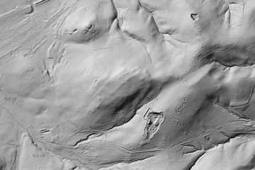 Abb. 15: Kugelberg und Gartenberg im Digitalen Geländemodell DGM1 (Gebietsausschnitt 1500 m x 2250 m). Quelle: Bayerischer Denkmal-Atlas (www.blfd.bayern.de); Bearbeiter: Karl-Heinz Gertloff, Egelsbach.