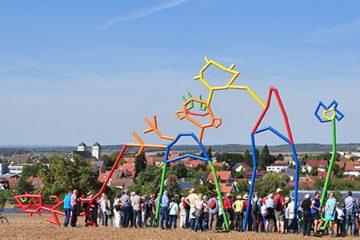 Das Kunstwerk Haus am Horizont wurde von der in Waldbüttelbrunn aufgewachsenen Künstlerin Ulrike Hamprecht (1970-2006) entworfen.
