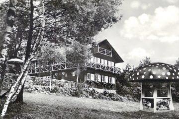 Das Schmachtenberger Zuckerhäuschen und der Märchenpilz auf einer Postkarte der Schokoladenfabrik Klingenberger