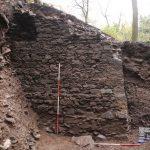 Blick auf die Ecke der Ringmauer von Norden. In diesem Bereich ist die Mauer bis zu vier Meter hoch erhalten.